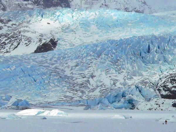 mendenhall-glacier-juneau-r (87k image)